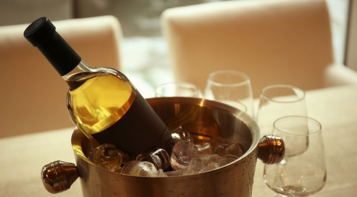 Una botella de vino en un cubo con hielos.