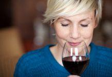 Una mujer huele el aroma del vino