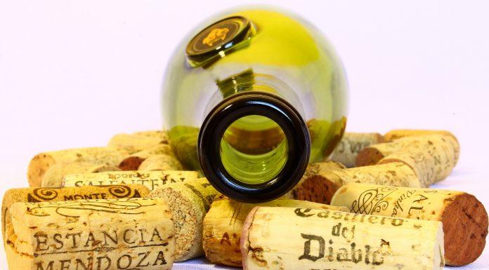 Unos corchos con el nombre de su vino