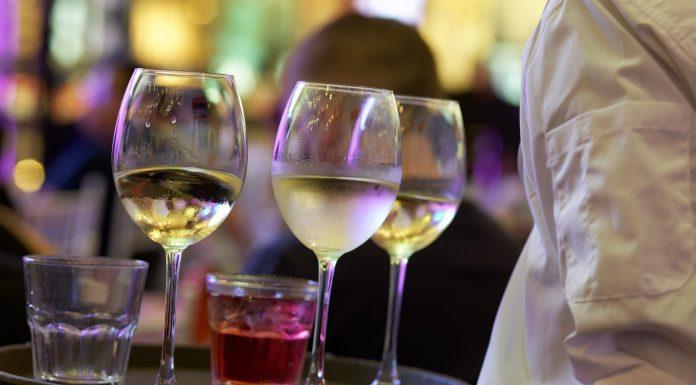 Un camarero sirviendo vino