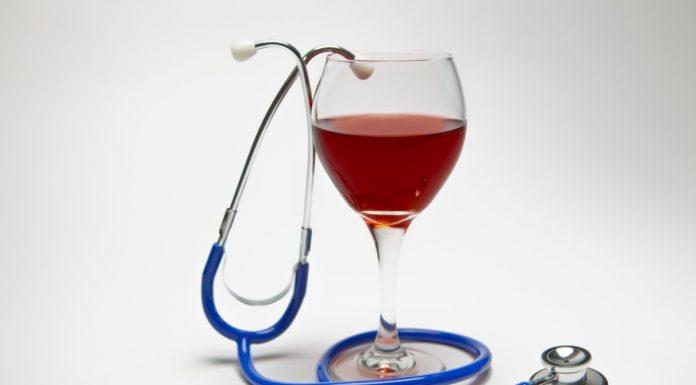 copa con beneficios médicos del vino tinto