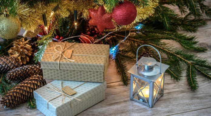 Unos regalos bajo el árbol de Navidad