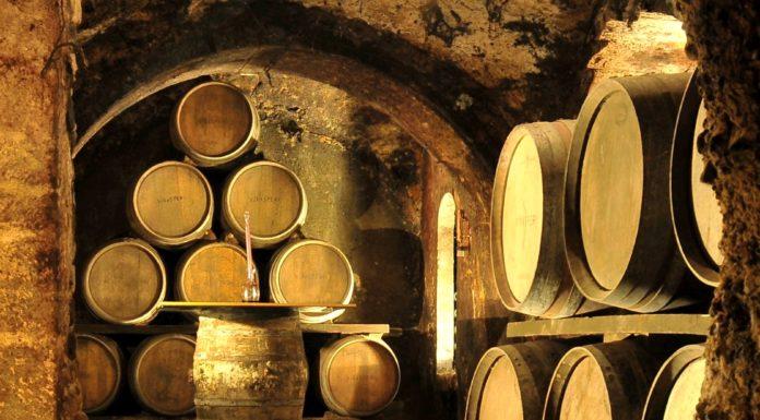 Barricas que se usan para la maceración del vino tinto roble