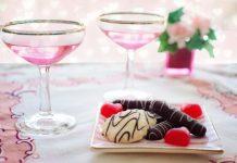 Dos copas de vinos rosados acompañan a unos dulces.