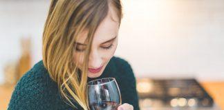 Una mujer sujeta una copa de vino tinto